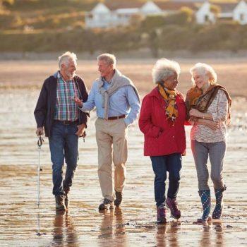 groupe de seniors sur la plage pour le réveillon
