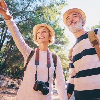 couple de seniors en randonnée