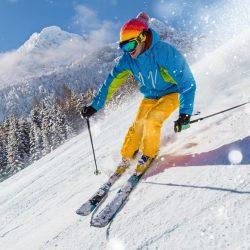 skieur en descente sur la neige