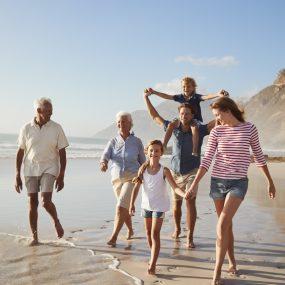 famille en vacance à la mer sur la plage en été